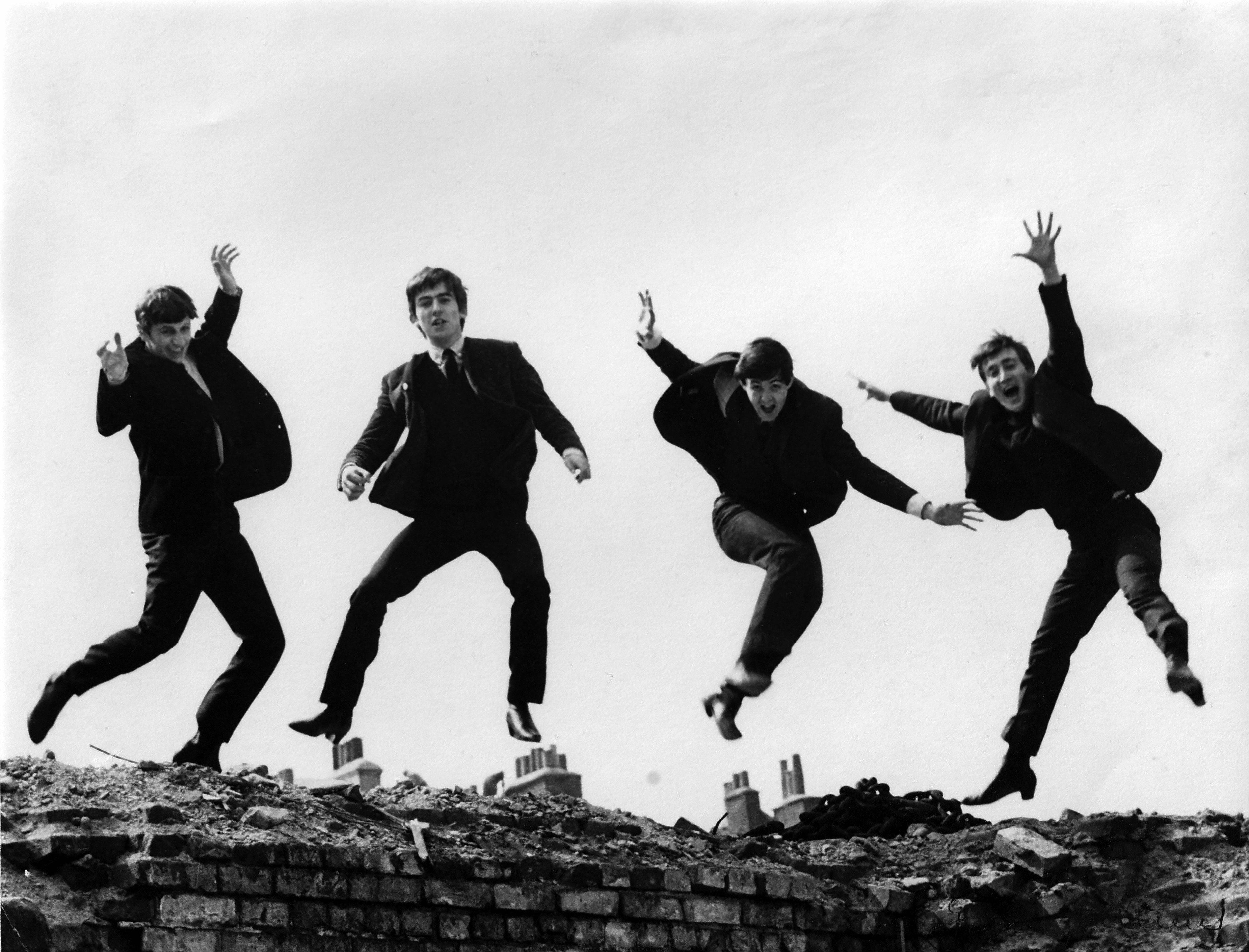Wat klopt er niet op deze foto van The Beatles?
