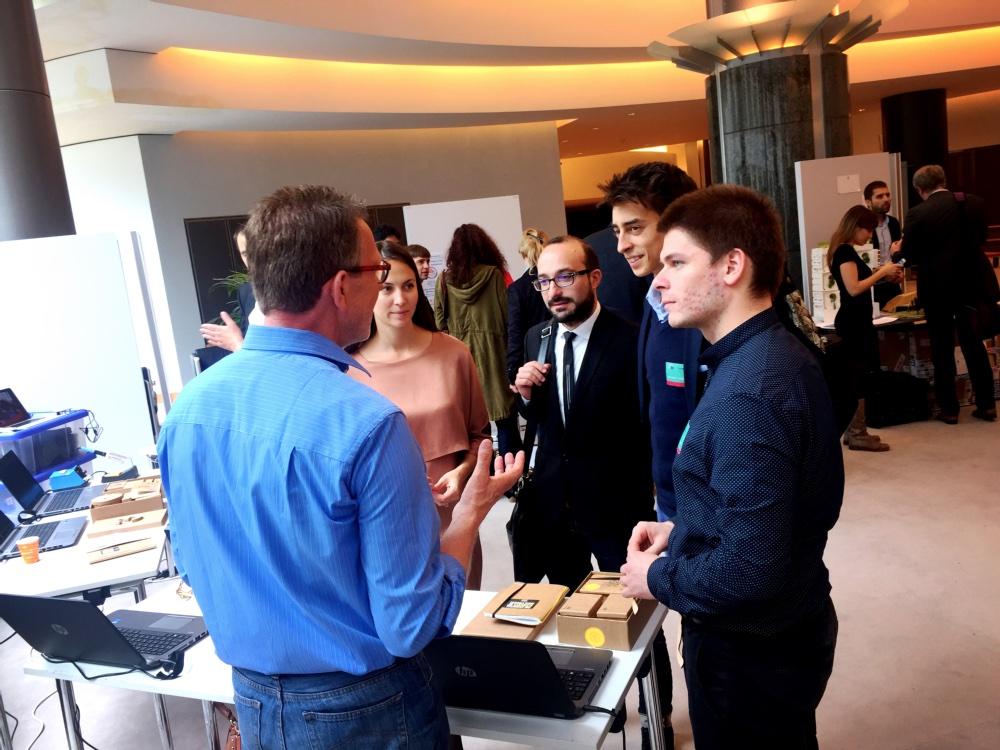 Bertus Douwes vertelt een Bulgaarse Europarlementariër en een groep jonge succesvolle ondernemers over de Maker Boxes en maakcultuur in bibliotheken.